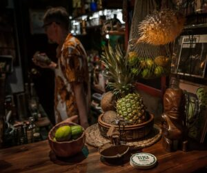 Photo of the tropical decor of the bar Tiki Château, Calle San Vicente Ferrer, 32